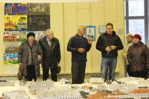 Fyodor Shantsev in the middle with visitors at his model.
